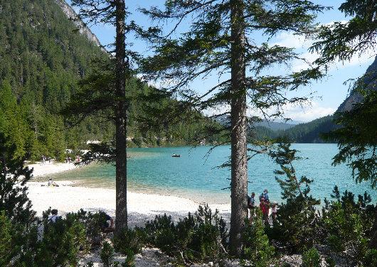 Lago di braies for Lago con spiaggia vicino a milano