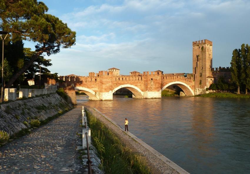 Ponte di castelvecchio a verona foto for Foto di ponti coperti