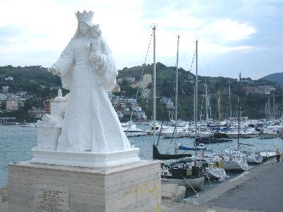 la statua della madonna all'entrata del porto