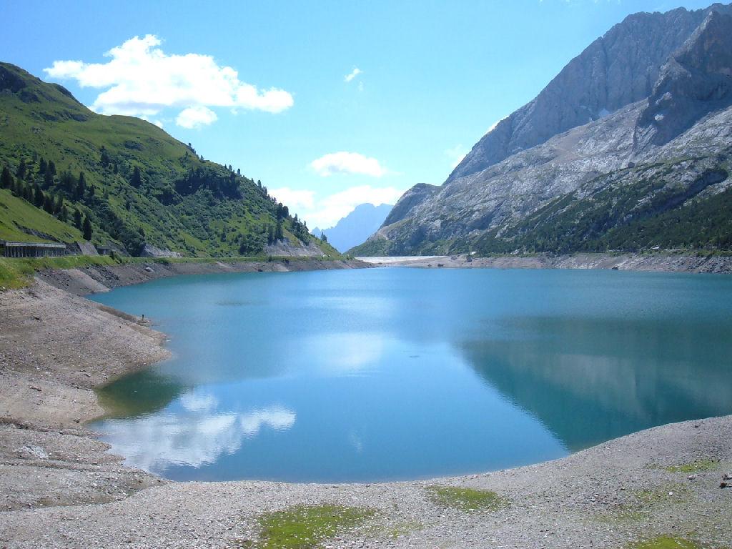 foto del lago fedaia