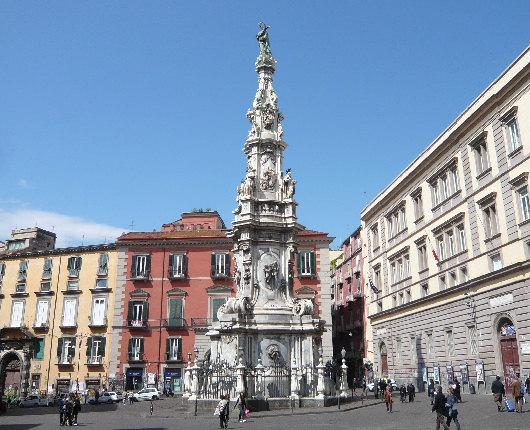 http://www.fotoeweb.it/sorrentina/Foto/Napoli/Napoli%20Piazza%20del%20Ges%C3%B9%20Nuovo.jpg